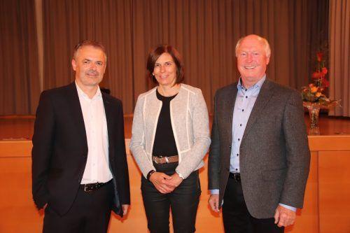 Der neue Bildsteiner Bürgermeister Walter Moosbrugger (l.) mit seiner Vorgängerin Judith Schilling-Grabher und Alt-Bgm. Egon Troy. nam/2