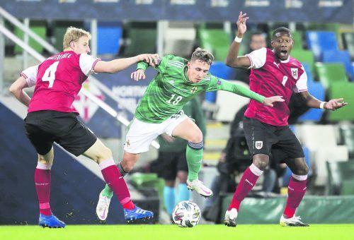 Der Nordire Jordan Jones im Duell mit Martin Hinteregger. David Alaba (rechts) als Zuschauer der Szene, vor allem vor der Pause bot der Bayern-Star eine überaus starke Leistung.ap