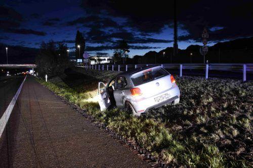 Der Pkw der Unfallverursacherin prallte gegen die Mitteilleitplanke, fünf Fahrzeuge wurden in Mitleidenschaft gezogen. KAPA