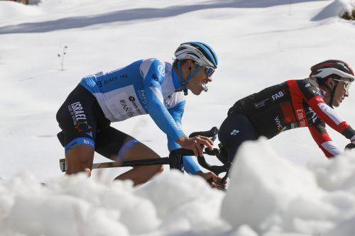 Der Schnee ist ständiger Begleiter in der letzten Giro-Woche und heute wartet auf Matthias Brändle (l.) und Co. das Stilfserjoch.Privat