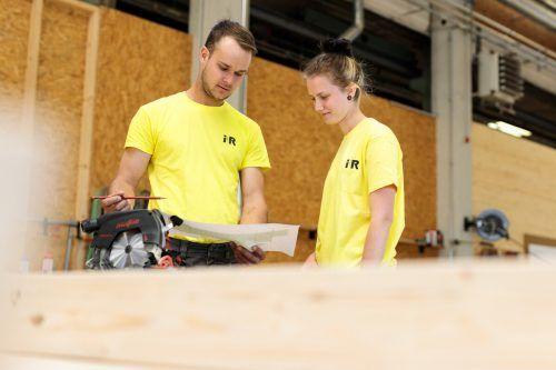 Die 18-jährige Madeleine Freuis behauptet sich bestens unter ihren männlichen Kollegen.  i+R Holzbau/Marcel A. Mayer