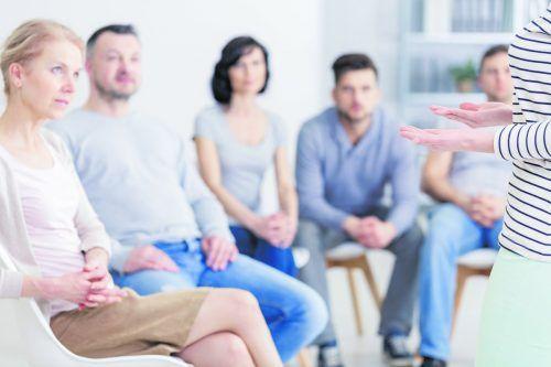 Die Abhaltung von Eigentümerversammlungen ist im Wohnungseigentumsgesetz genau geregelt. Shutterstock