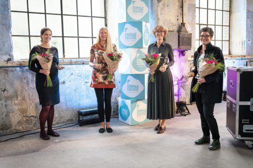 Die Award-Gewinnerinnen: Katharina Rhomberg (Fries), Eva Fahlbusch (Vindex), HTL-Direktorin Claudia Vögel und Alexandra Hefel (Omicron, Alpenverein). FFF