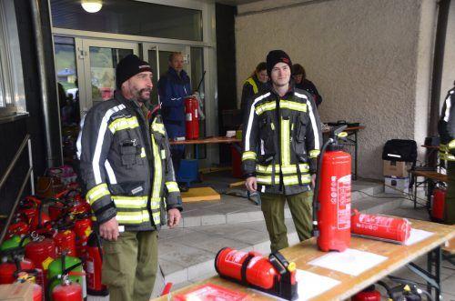 Die Dalaaser Feuerwehrler standen bei der Feuerlöscherüberprüfung helfend zur Seite und informierten über den richtigen Gebrauch der Geräte. DOB