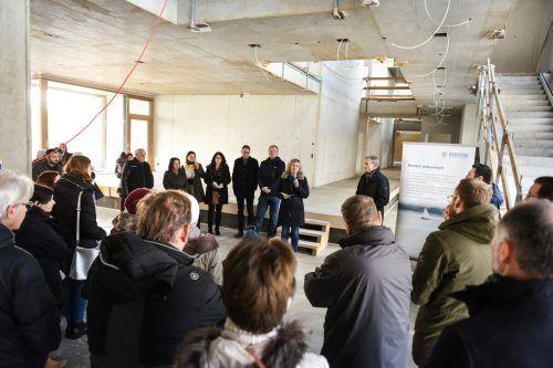 """Die familieplus-Stadt Bregenz lud heuer erstmals zum neuen Format """"B vor Ort"""" zur Baustellenbesichtigung beim neuen Kindergarten St. Gebhard.U. Mittelberger"""