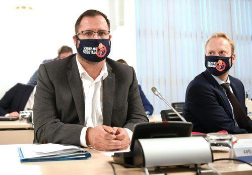 """Die FPÖ brachte Masken mit dem Slogan """"Schluss mit Sobotage"""" mit. Nationalratspräsident Wolfgang Sobotka (ÖVP) führte den Vorsitz am Dienstag nicht. APA"""