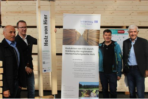"""Die Initiative """"Holz von hier"""", die Gastgeber Thomas Sohm, LR Gantner, Andreas Amann und Thomas Ölz (v. l.) vorstellten, hat u. a. CO2-Reduktion zum Ziel. stp"""