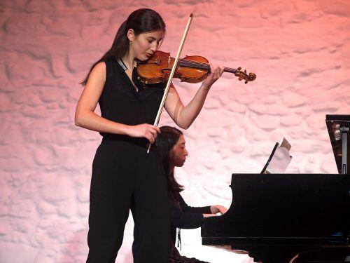 Die junge Geigerin Elisso Gogibedaschwili bei ihrem Auftritt mit einem Part aus dem Violinkonzert von Beethoven im Münzhof in Langenargen. Voith