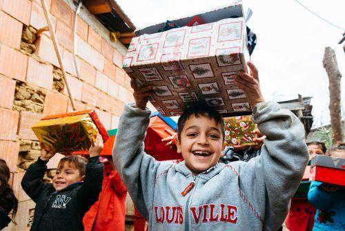 Die Kinder freuen riesig sich über die Überraschungen im Schuhkarton.samariter