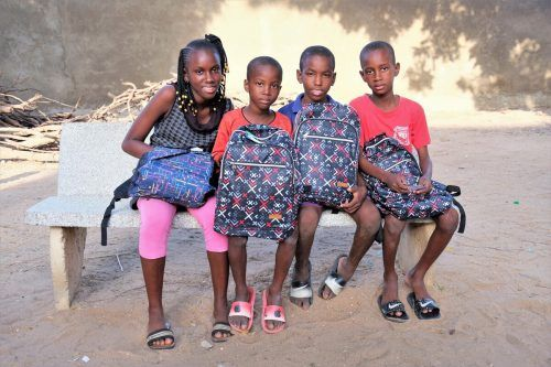 Die Kinder in dem Dorf MBalling freuen sich darauf, mit den Schulpaketen in die Schule zu gehen.Moosmann