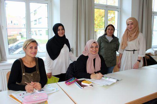 Die Kursteilnehmerinnen mit unterschiedlicher Herkunft nehmen mit Begeisterung am A1 Deutschkurs unter der Leitung von Seyma Cakirli in Lochau teil.bms