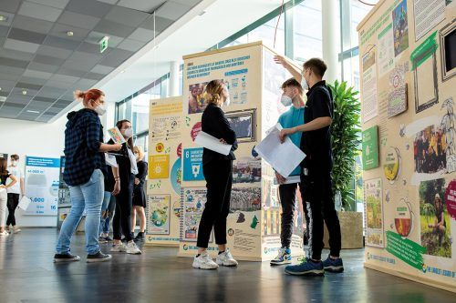 Die Lehrlinge informierten gemeinsam mit den UN-Jugendbotschaftern. haberkorn