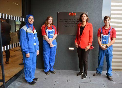 Die Lehrlinge Nisrine Almohammad, Lorena Rigassi und Philipp Widmann mit ÖBB-Vorstandsmitglied Silvia Angelo. Dietmar Hofer