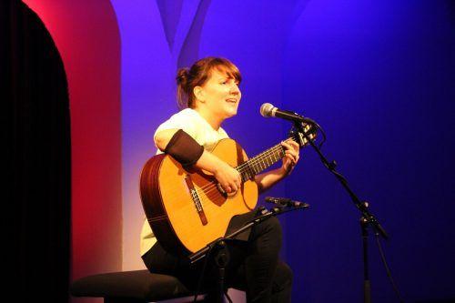 Die Liedermacherin und Gitarristin Angela Mair wusste das Publikum im Theater am Saumarkt mit eigenen Kompositionen mitzureißen.Henning Heilmann