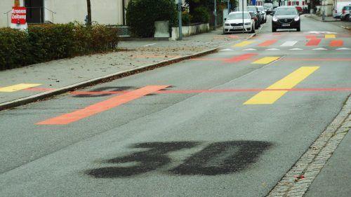 Die Markierungen auf der Fahrbahn weisen auf die Begegnungszone hin. Die Verkehrsschilder werden noch aufgestellt.fst