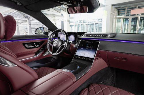 Die neue S-Klasse von Mercedes-Benz ist noch digitaler als zuvor. An Bord können bis zu fünf Bildschirme sein.