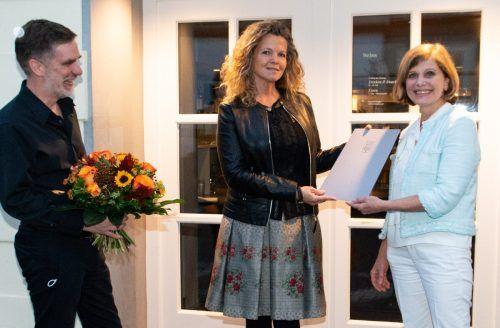Die Preisträgerin und Komponistin Johanna Doderer mit Landesstatthalterin Barbara Schöbi-Fink und Winfried Nussbaummüller, Leiter der Kulturabteilung.serra