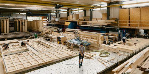 Die Produktion bei Berchtold Holzbau läuft trotz Corona auf Hochtouren. Fa