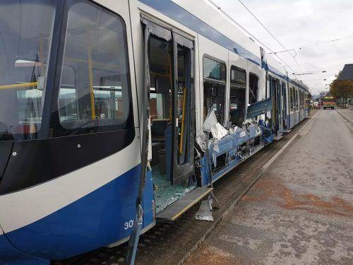 Die Straßenbahn wurde durch den Unfall schwer beschädigt. polizei zürich