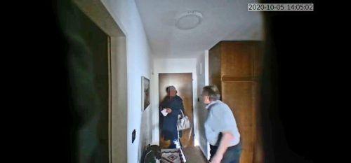 Die versteckte Kamera des Harders zeichnete in den vergangenen Tagen bereits vier Besucherinnen in der Wohnung seines Vaters auf.
