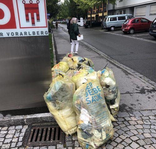 Die Vorarlberger Grünen platzierten bei der Pressekonferenz vor dem Wirtschaftskammergebäude in Feldkirch Plastiksäcke. VN/TAs