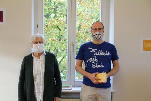 Domino-Obfrau Christl Stadler freute sich, Autor und Selbstverleger Markus Mirwald zu einer seiner seltenen Lesungen begrüßen zu dürfen.Heilmann