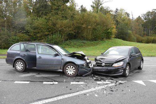 Durch den Zusammenstoß wurde eine Fahrerin sowie zwei Beifahrerinnen verletzt.