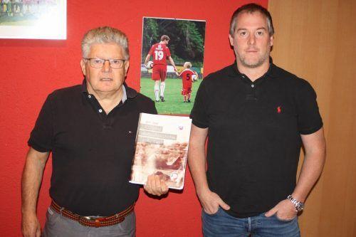 Edi Engler und Jürgen Sturn haben in der Festschrift 100 Jahre Fußballgeschichte in Rankweil dokumentiert. VN/Knobel