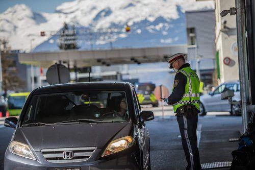 Ein Bild, das in Vorarlberg viele abschreckt: Kontrollen an den Grenzen zu Deutschland, zur Schweiz und zu Liechtenstein. VN/Steurer