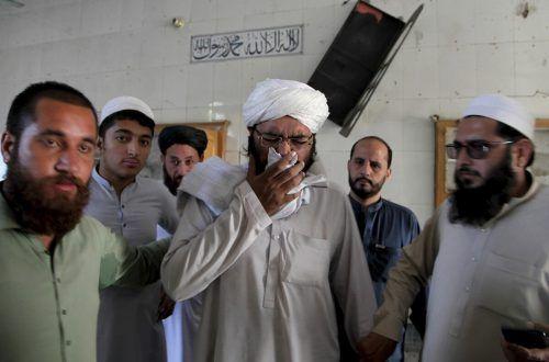 Ein Geistlicher trauert um seine Schüler. Mindestens acht kamen ums Leben. AP