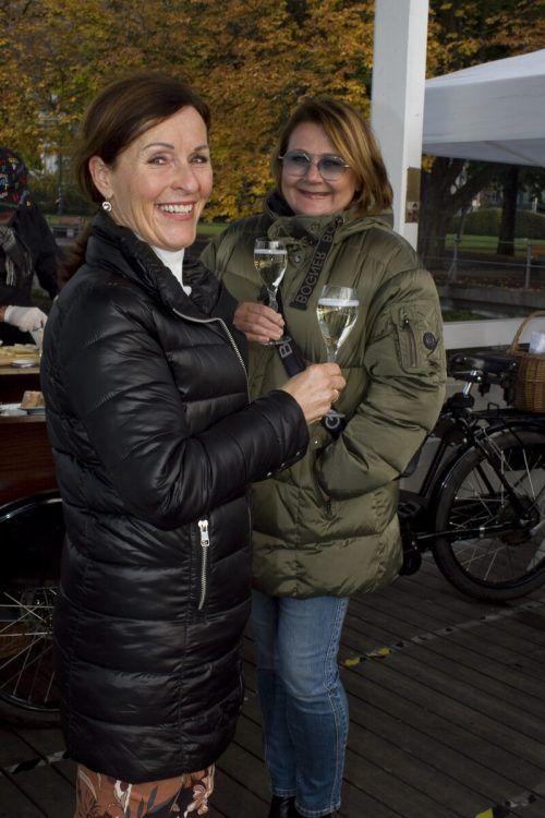 Ein Gläschen für Veronika Hehle (l.) und Gabi Narat.