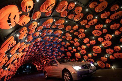 """Ein Halloween-Spektakel bietet die Durchfahrt""""HAUNT'OWEEN LA"""" in Woodland Hills, Kalifornien. reuters"""