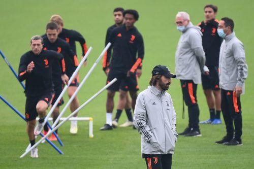 Ein nachdenklicher Juve-Trainer Andrea Pirlo (vorne) während der Trainingseinheit seiner Mannschaft vor dem CL-Spiel in Kiew.afp