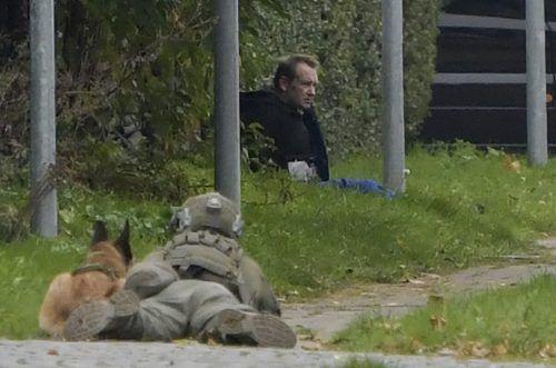 Ein schwer bewaffneter dänischer Polizist hält mit seinem Hund den flüchtigen verurteilten Mörder Peter Madsen in Schach. Reuters