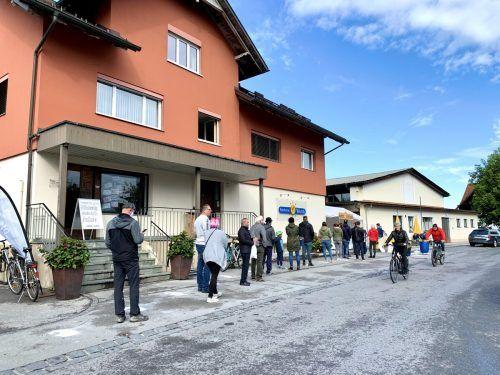 Eine Schlange bildete sich vor der Lustenauer Bäckerei Wund - denn da gab es am Kilbisonnatg Käsdönnala.Gemeinde