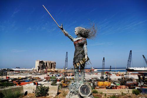 Eine Statue aus Trümmern und Glas der verheerenden Explosion in Beirut erinnert an die Proteste gegen die libanesische Regierung. AFP