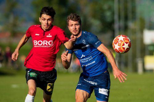 Einen harten Kampf boten sich Andelsbuch und Nenzing, der mit 2:2 endete - Hier Atilla Özcan (l.) und Marcelo Theisen (r.).STIPLOVSEK
