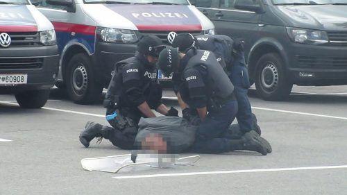 Einer der Beteiligten wurde von der Polizei beim Einsatz, der sich in der Weißachergasse abspielte, fixiert. SYMBOL/POLIZEI