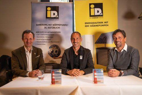 Eintracht Frankfurt-Trainer Adi Hütter bei der Präsentation der Kooperation, flankiert von iDM-Eigentümer Manfred Pletzer (li.) und Hanno Egger (sporteo).
