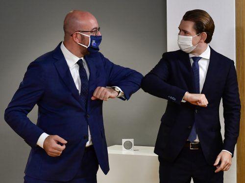 EU-Ratschef begrüßt den österreichischen Bundeskanzler mit dem sogenannten Ellbogen-Shake. In der Coronakrise hat diese Geste mittlerweile den Händedruck abgelöst. reuters