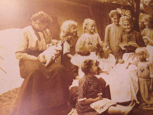 Familienidylle im Hausgarten, um 1900