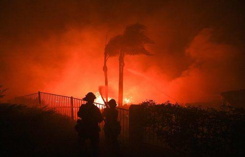 Feuerwehrleute kämpfen in Yorba Linda gegen die Flammen. AFP