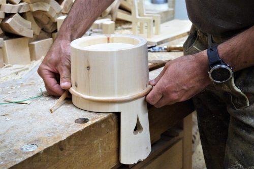 Fichte, Zirbe und Ahorn: das sind die bevorzugten Materialien, die der Weißküfer in seiner Werkstatt in Gortipohl verarbeitet.