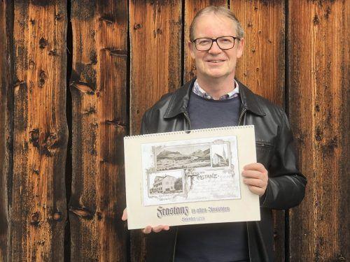 Gemeindearchivar Thomas Welte mit der 17. Ausgabe des Frastanzer Kalenders, der Einblicke in die vergangenen Zeiten des Dorfes gibt.Marktgemeinde