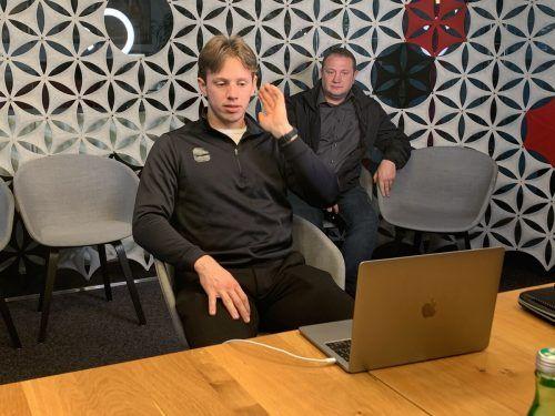 Generalprobe im Medienhaus: Marco Rossi, im Bild mit Vater Michael, wird beim virtuellen Draft in der Nacht auf Mittwoch von einem NHL-Klub verpflichtet. ko, Wutti