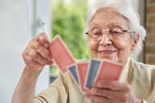 Gespräche, Brettspiele, Spaziergänge – oder einfach nur ein kleiner Jass – bringen Abwechslung in den Alltag von alleinstehenden älteren Personen.Caritas