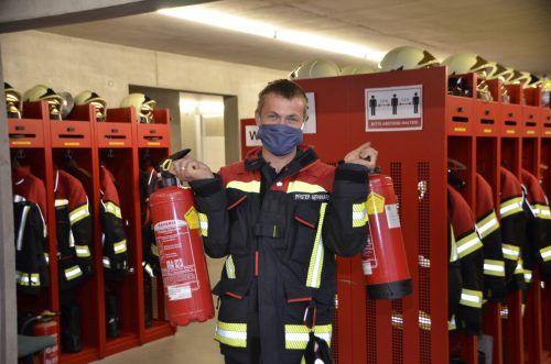 Im Feuerwehrhaus wurden Feuerlöscher der Brazer Bevölkerung überprüft.dob