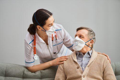 Im Pflegeberuf entstehen oftmals ganz besondere Beziehungen. Shutterstock