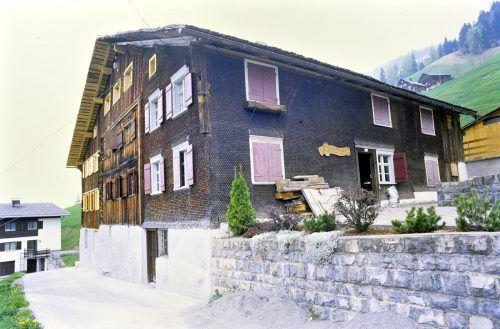In dem das Haus bereits eine Bäckerei, eine Sennerei und ein Gasthaus mit einer Herrenstube beherbergte, erzählt es auch selber ein Stück Walsergeschichte.  Rudolf Zündel (Vn), Vorarlberger Landesbibliothek