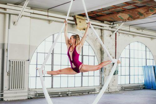 In schwindelerregenden Höhen vollführt Vanessa Pansi ihre akrobatischen Übungen. Heeb